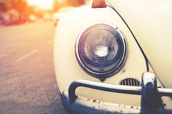 Detalle de la lámpara de faro de coches clásicos estacionados en estilo de efecto de filtro urbano - vintage