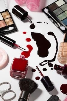 Detalle de los cuidados de belleza componen los productos. Moda. Fondo blanco brillante. Mujer femenina concepto.