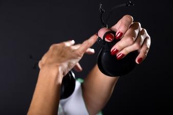 Detalle de manos de bailarín de flamenco en hermoso vestido de espalda negro