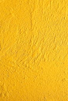 Detalle la estructura de cemento de color amarillo en blanco
