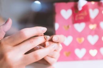 Día de San Valentín, las manos de la niña con un anillo de amor