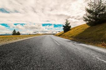 Día nublado en la carretera