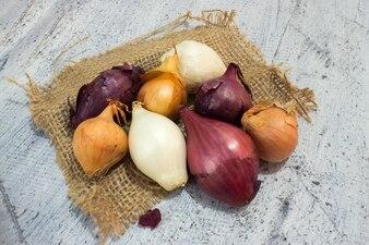Diferentes cebollas sobre madera