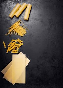 Diferentes tipos de pasta sin cocinar vistas desde arriba