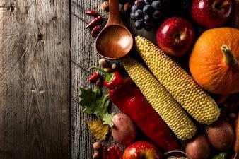 Diferentes verduras de otoño de temporada y frutas sobre fondo de madera