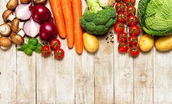 Diferentes verduras sobre una mesa de madera