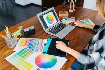 Diseñadora gráfica con portátil y tableta gráfica