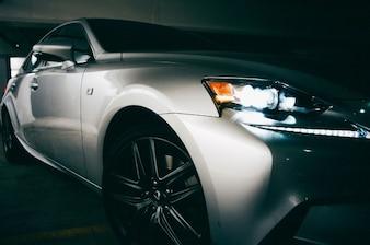 Diseño coche en el garaje