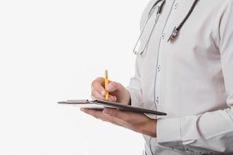 Doctor escribiendo en tableta