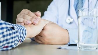 Doctor sujetando una mano