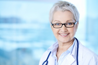 Doctora profesional sonriendo