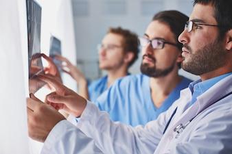 Doctores comprobando a una radiografía