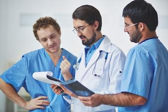 Doctores revisando un historial médico