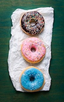 Donuts de colores sobre una servilleta blanca