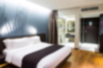 Dormitorio de un hotel con una cama de matrimonio desenfocado