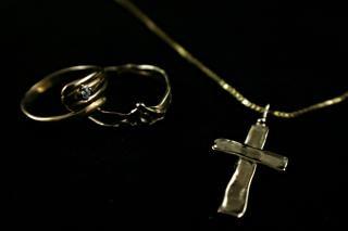 Dos anillos y un collar de oro, un anillo de