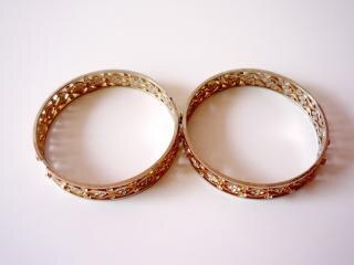 Dos brazaletes de oro