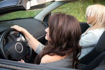 Dos chicas en un coche descapotable