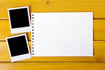 Dos copias de fotos polaroid con la página papel rasgado