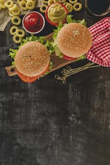 Dos hamburguesas sabrosas con bebida y aros de cebolla