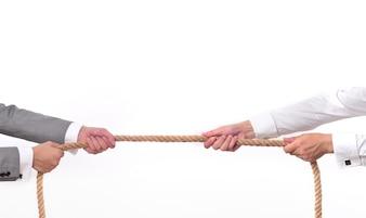 Dos hombres tirando de una cuerda