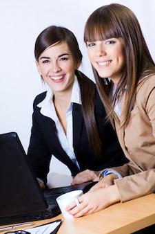 Dos mujeres de negocios en la oficina