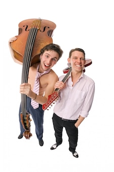 Dos músicos en blanco