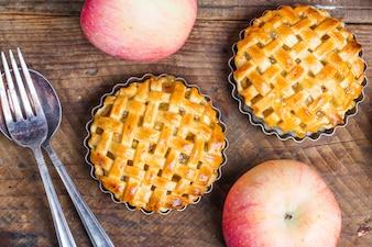 Dos pasteles de manzana redondo