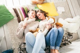 Dos personas de vacaciones cama madre
