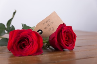 Dos rosas rojas con etiqueta