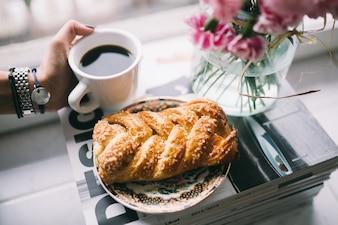 Dulce de hojaldre y café