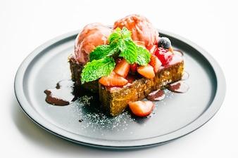 Dulce postre con pan tostado con fresa y mermelada