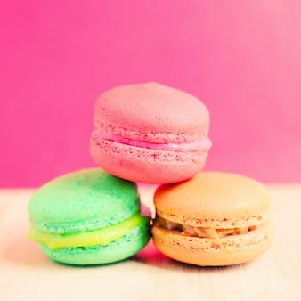 Dulces macarrones de colores con efecto de filtro retro