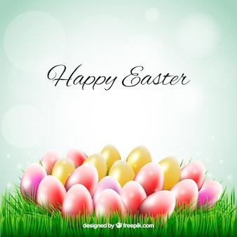 Tarjeta de Pascua con huevos de colores en la hierba