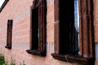 Edificio antiguo con ventanas rotas