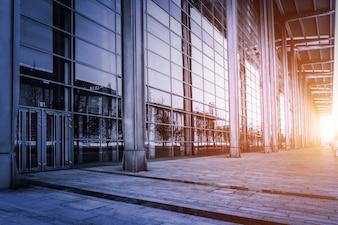 Edificio con paredes de cristal al atardecer