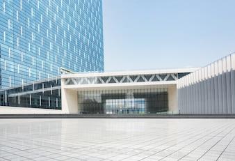 Edificio enorme con muchas ventanas