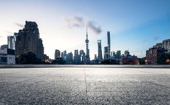 Edificios altos y plataformas de losas en Shanghai, Pudong