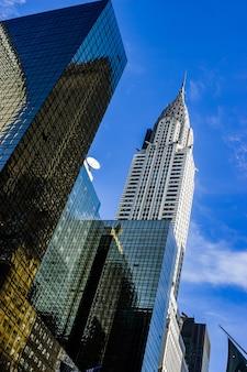 Edificios de cristal vistos desde abajo