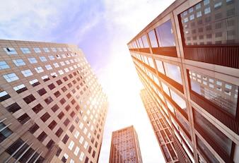 Edificios de oficinas vistos desde abajo al atardecer