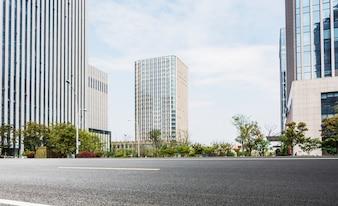 Edificios de oficinas vistos desde la carretera