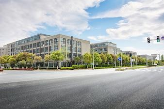 Edificios de oficinas y arboles