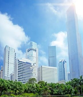 Edificios gigantes de oficinas