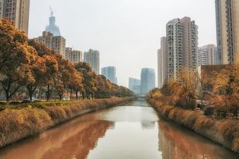 Edificios grandes con un río en medio