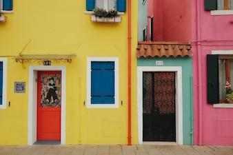Edificios pintados de colores