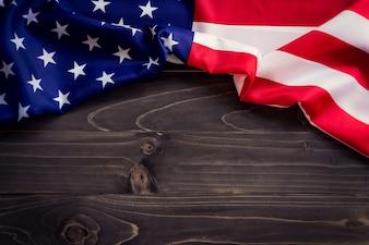 EE.UU. bandera en la pared de madera de fondo y la textura con el espacio