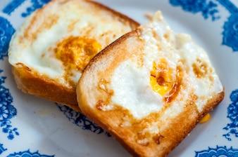 Eggy pan en el plato, fotografiado con luz natural. Golden tostadas francesas con mantequilla y huevo. Desayuno con pan. Desayuno inglés. Desayuno saludable con huevos. Sabroso desayuno