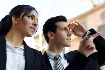 Ejecutiva señalando algo con su compañero