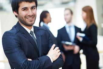 Ejecutivo de sexo masculino en el entorno de trabajo
