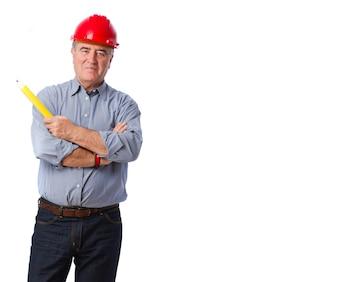 Ejecutivo mayor con un casco de seguridad y un lápiz